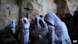 Des chrétiens orthodoxes célébrant le dimanche des Rameaux dans l'église Samaan el-Kharaz dans le quartier de Mokattam au Caire, en Egypte, le 5 avril 2015.