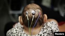 Ce bébé de cinq mois passe des tests à l'Université de Sao Paulo, Brésil, 28 avril 2016.
