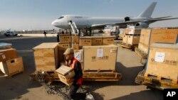 다마스커스 공항에서 UN 관계자가 물품을 옮기고 있다. (자료사진)