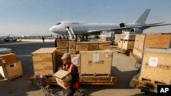 دمشق کے ہوائی اڈے پر ایک جہاز سے سامان اتارا جا رہا ہے۔ (فائل فوٹو)
