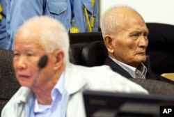 FILE - Khieu Samphan (l), former Khmer Rouge head of state, and Nuon Chea, Khmer Rouge's chief ideologist and No. 2 leader, sit in the courtroom before they made closing statements at the war crimes tribunal in Phnom Penh, Oct. 31, 2013.