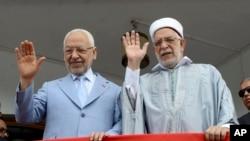 Le vice-président du parti islamiste Ennahda et candidat malheureux à la présidentielle Abdelfattah Mourou, à droite, et le chef du parti islamiste tunisien Ennahda, Rachid Ghannouchi, devant le siège du parti à Tunis, lundi 9 septembre 2019. (AP Photo / Hassene Dridi)