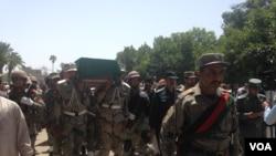 درگیری میان مرزبانان افغان و پاکستانی در تورخم دو شب پیش آغاز شدکه تا کنون ۲پولیس افغان کشته ۱۸ تن زخمی شده اند.
