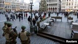 Lính Bỉ đứng gác ở quảng trường Grand Place, Brussels, ngày 30 tháng 12 năm 2015, sau khi hai người bị bắt tại Bỉ vào ngày Chủ nhật và thứ Hai. Cả hai bị tình nghi âm mưu tấn công ở Brussels vào đêm giao thừa năm mới, các công tố viên liên bang cho biết.