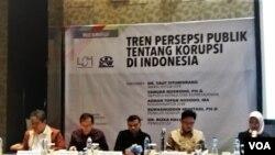 Lembaga Survei Indonesia (LSI) bersama Indonesia Corruption Watch (ICW) melansir hasil survei bertajuk Tren Persepsi Publik tentang Korupsi di Indonesia itu di sebuah hotel di Jakarta, Senin (10/12). (VOA/Fathiyah)