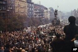 Hàng ngàn người tập trung tại Quảng trường Wasceslas ở trung tâm thủ đô Praha của Tiệp khắc phản đối Liên bang Soviet xâm lược, ngày 20 tháng 8, 1968.