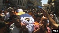 Warga Palestina membawa jenazah Saed Al Majdalawi, 21 tahun, yang tewas akibat ditembak tentara Israel di Jalur Gaza (17/8).