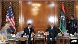 Bộ trưởng Quốc phòng Hoa Kỳ gặp Thủ tướng Libya Abd al-Raheem Al-Keeb (phải) tại Tropili, ngày 17/12/2011