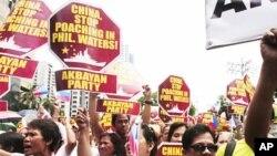 11일 필리핀 주재 중국 대사관 앞에서 중국의 남중국해 순시선 철수를 요구하는 시위대.