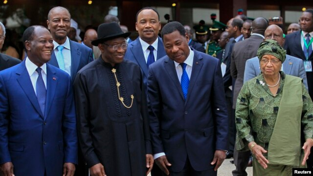 Nigeria's President Goodluck Jonathan (2nd L), is joined by other African heads of state at the 43rd Economic Community of West African States (ECOWAS) meeting in Abuja, Jul. 17, 2013.