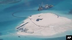 남중국해 스프래틀리 군도의 암초 주변에 중국이 인공섬을 건설하고 있다. 지난해 2월 촬영한 사진이다.