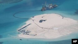Sebuah kapal China terlihat tengah memperlebar struktur dan tanah di karang Johnson (yang disebut Mabini di Filipina dan Chigua oleh China), di kepulauan Spratly, Laut China Selatan (Foto: dok).