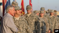 Menhan AS Chuck Hagel disambut tentara AS setibanya di Camp Buehring, Kuwait (8/12).