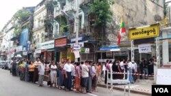 缅甸 2017 年补选,选民缺乏积极性。图为 2015 年缅甸大选 时民众踊跃投票的热情场面。(美国之音朱诺拍摄,2015 年 11 月 8 日)