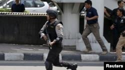 Un policier indonésien près du site d'une explosion à Djakarta, le 14 janvier 2016.