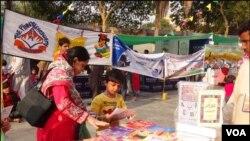 کراچی: بچوں کے ادبی میلے میں لگائے گئے کتابوں کے اسٹال