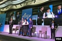 Голові Великокопанівської громади вручають сертифікат учасника програми DOBRE
