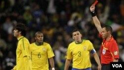 En el lado oscuro de las actuaciones de las selecciones continentales hay que incluir a Kaká, que jugó un buen partido ante Costa de Marfil, pero terminó expulsado por perder los nervios.