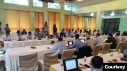 ၾသဂုတ္လ ၃၁ ရက္ေန႔က က်ိဳင္းတံုမွာ ၿငိမ္းခ်မ္းေရးေကာ္မရွင္အဖြဲ႔ႏွင့္ ေျမာက္ပိုင္းလက္နက္ကိုင္တို႔ ေတြ႔ဆံုစဥ္(ဓါတ္ပံု- U Hla Maung Shwe (NRPC)