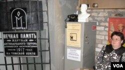 許多知識界人士和波羅的海國家居民在蘇聯時代曾被流放到西伯利亞的托木斯克地區。 托木斯克市古拉格博物館入口處的牌匾文字提到紀念當地十月革命後的紅色恐怖的 遇害者 (美國之音白樺)