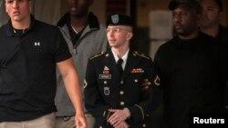 El soldado Bradley Manning, llega escoltado a la Corte Marcial en Fort Meade, Maryland.