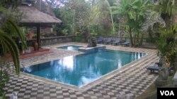 Kolam renang di Bali adalah salah satu sumber eksploitasi air yang menyebabkan krisis air tanah. (Foto: VOA/Muliarta)