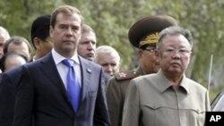 俄羅斯總統梅德韋杰夫(左)與北韓領導人金正日8月24日在烏蘭烏德市一個軍事基地舉行會晤。