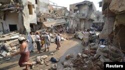 지난달 22일 예멘 항구 도시 호데이다에서 사우디 주도 연합군의 공습으로 파괴된 건물 주변에 주민들이 모여있다. (자료사진)