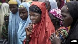 Un groupe de filles du Niger attend l'arrivée d'un convoi des Nations Unies dans le village de Sabon Machi, dans la région de Maradi, au Niger, le 16 août 2018.