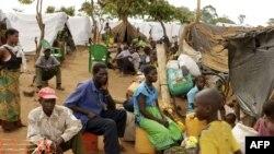 De nouveaux déplacés s'inscrivent au camp de Kapise où ils essaient de trouver refuge dans le district de Mwanza à la frontière du Mozambique avec le Malawi, 7 janvier 2015.