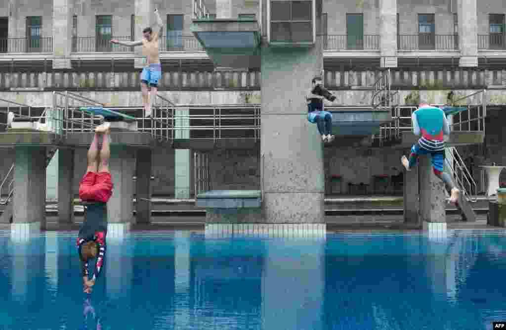 Những người đàn ông nhảy ùm xuống nước tại hồ bơi công cộng Sommerbad Olympiastadion ở Berlin, trong một sự kiện để thúc đẩy những hồ bơi ngoài trời ở thủ đô của Đức.