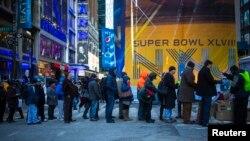 Decenas de personas enfrentan sin miedo al frío con el objetivo de adquirir cualquier recuerdo que pruebe que estuvieron presentes en la edición XLVIII del Super Bowl, esta vez en Nueva York.