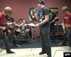克里斯.摩尔黑德(中)和其他摇滚教室学生在排练节目