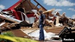 Kris Ingram, un DJ contratado para actuar en una fiesta de promoción en The Rustic Barn, observa los escombros de sus equipos después que el local fuera destruído por un tornado en Canton, Texas, el 30 de abril de 2017.