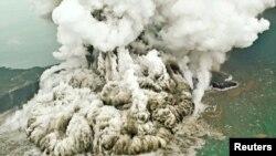Jivu linalotokana na mlipuko wa volcano katika mlima wa Anak Krakatau Indonesia.