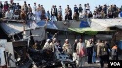 Warga Pakistan berdatangan untuk melihat lokasi ledakan bom truk di kota Jamrud, kawasan suku Khyber, hari Selasa (10/1).