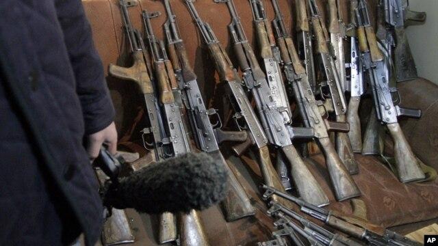 """Beberapa senjata laras panjang yang disita dari perusahaan keamanan swasta """"Garda World"""" di Kabul, Afghanistan (Foto: dok). PBB mulai pekan ini memulai kembali perundingan terkait pengaturan perdagangan senjata dunia (18/3)."""