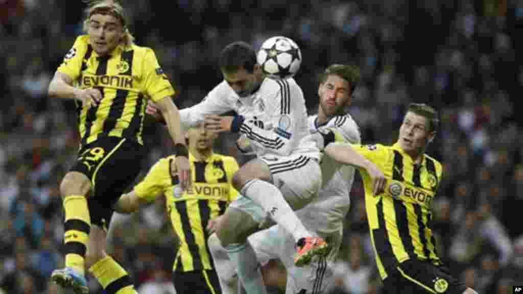 Gonzalo Higuain, jogador argentino do Real Madrid, cabeceia a bola durante jogo da segunda mão da semifinal da Liga dos Campeões entre o Real Madrid e o Borussia Dortmund em Madrid (Espanha) na terça-feira (30 de Abril 2013).