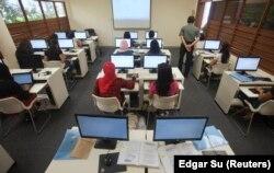 Sejumlah pekerja domestik Indonesia sedang mengikuti pelajaran keterampilan komputer di Sekolah Indonesia Singapura, di Singapura, 12 Desember 2010. (Foto: Edgar Su/Reuters)