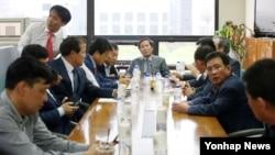 12일 서울 개성공단기업협회에서 열린 이사회에 앞서 정기섭 개성공단기업협회장(가운데) 등 관계자들이 대화를 나누고 있다.