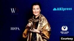 Kieu Chinh được trao Giải Thành tưu Trọn Đời tại Đại hội Điện ảnh Á Châu Thế giới - AWFF, ngày 15/3/ 2021. (Courtesy-Kiều Chinh Facebook)