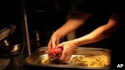 Un chef prepara comida vegana en la sección Green Grill del Green Vic, cuyo objetivo es ser el pub más ético del mundo, en Shoreditch, Londres, Gran Bretaña.