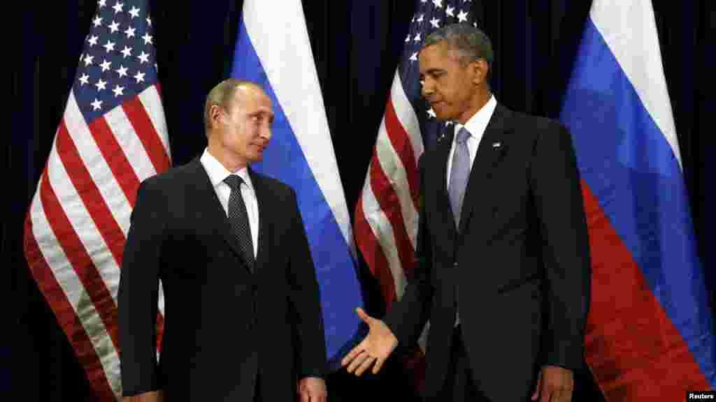 Le président des États-Unis, Barack Obama, tend la main à son homologue russe Vladimir Poutine lors d'une rencontre au siège des Nations unies à New York, 28 septembre 2015.