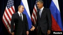 Le président des États-Unis, Barack Obama, tend la main à son homologue russe Vladimir Putin lors d'une rencontre au siège des Nations unies à New York, le 28 septembre 2015.