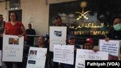 Sejumlah wartawan berdemostrasi di Depan Kedutaan Besar Arab Saudi di Jakarta, Jumat (19/10). Mereka mengecam pembunuhan yang dilakukan terhadap Jamal Khashoggi di dalam kantor Konsulat Arab Saudi di Kota Istanbul, Turki, Selasa dua pekan lalu. (Foto: VOA/Fathiyah).