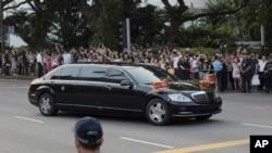 La limousine de Kim Jong Un arrive à l'Istana, le palais présidentiel, à Singapour, le 10 juin 2018, pour rencontrer le Premier ministre de Singapour, Lee Hsien Loong, avant le sommet entre le leader américain Donald Trump et le dirigeant nord-coréen Kim Jong Un.
