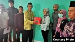 Keluarga pendonor mata desa Tenjowaringin memberikan kornea yang sudah dimasukkan ke dalam kotak khusus kepada petugas untuk diantarkan ke RS Cicendo Bandung. (Courtesy: Keluarga Donor Mata Tenjowaringin)