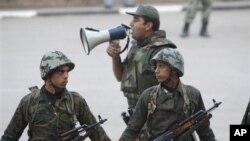 Des soldats égyptiens au Caire, Egypte, 13 février 2011.