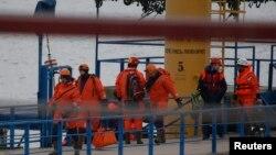 俄罗斯救援人员走上出事地点附近的码头(2016年12月25日)