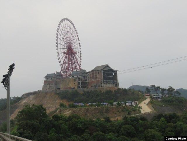 Những toà tháp trên Vạn Lý Trường Thành của Trung Quốc được tái hiện tại Hạ Long? Ảnh chụp Vòng Xoay Mặt Trời của Sun Group ở đầu cầu Bãi Cháy. Ảnh: Lê Anh Hùng.